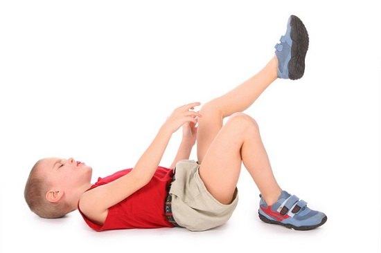 ребенок-разминает-ноги-от-ревматизма