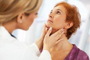 Осмотр врачом пациента с тиреоидитом