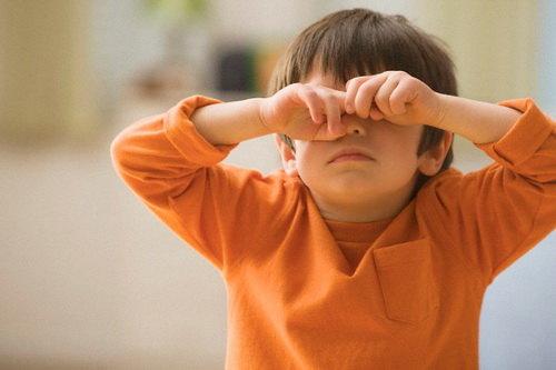 Растирание глаз грязными руками, как причина ячменя