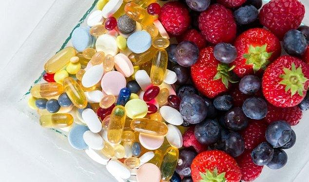 Фрукты и витаминные комплексы