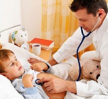 Осмотр педиатром при ротавирусной инфекции